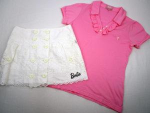バービーゴルフ(byパーリーゲイツ)の春夏レディースゴルフウェア。詳細は、ピンクのフリルポロシャツとレース地のホワイトショートパンツ。