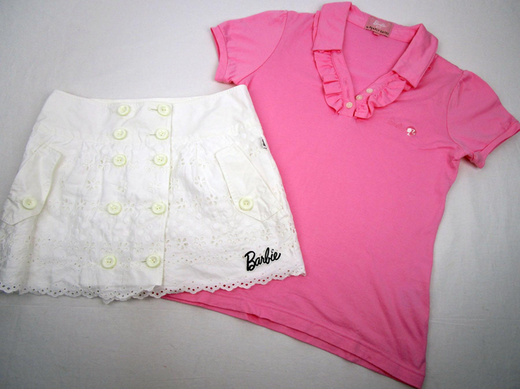バービーゴルフ(byパーリーゲイツ)の春夏レディースゴルフウェア。詳細は、ピンクのフリルポロシャツとレース地のホワイトスカート。