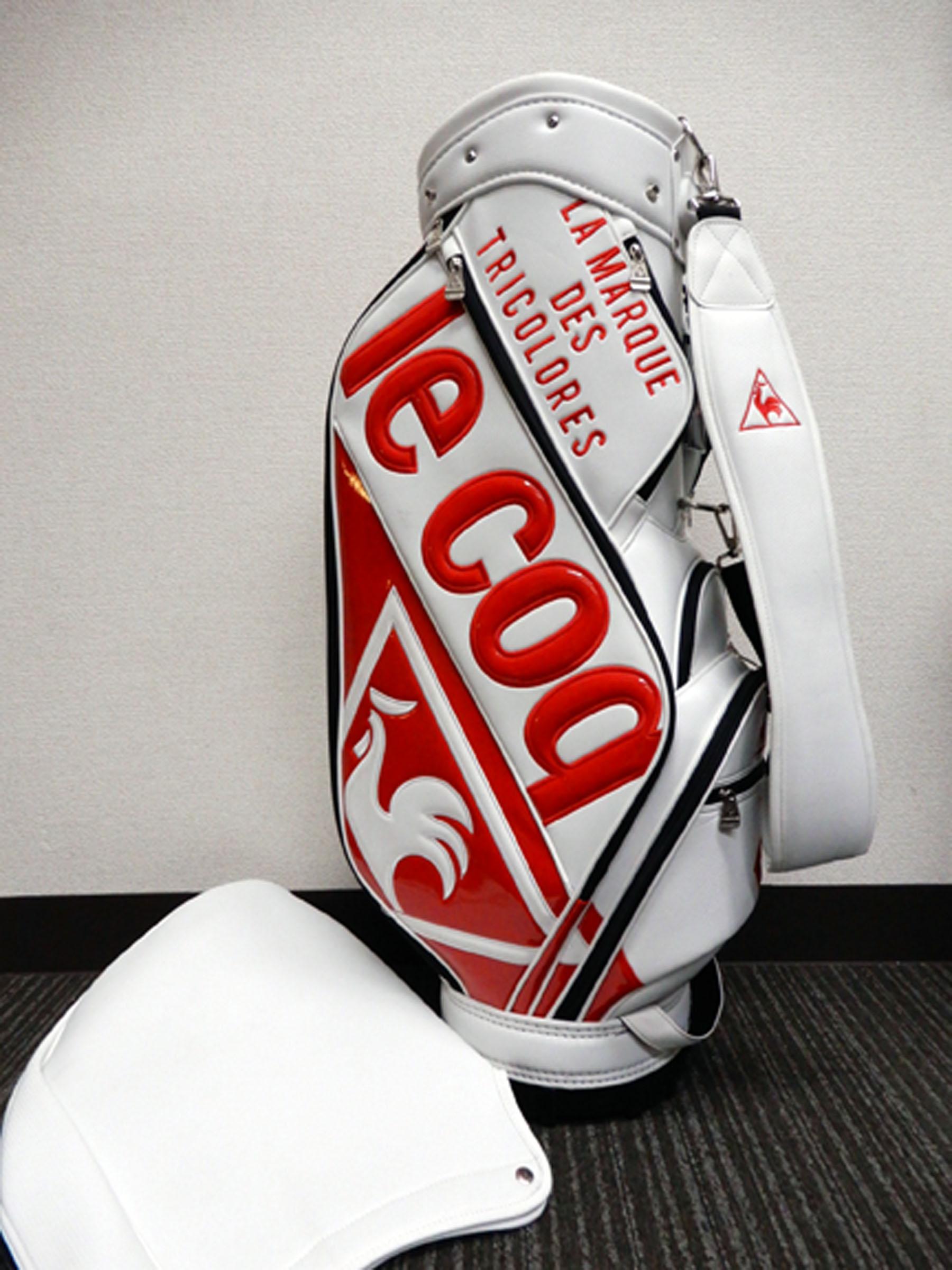 ルコックのキャディーバッグです。白ベースに赤のロゴ。