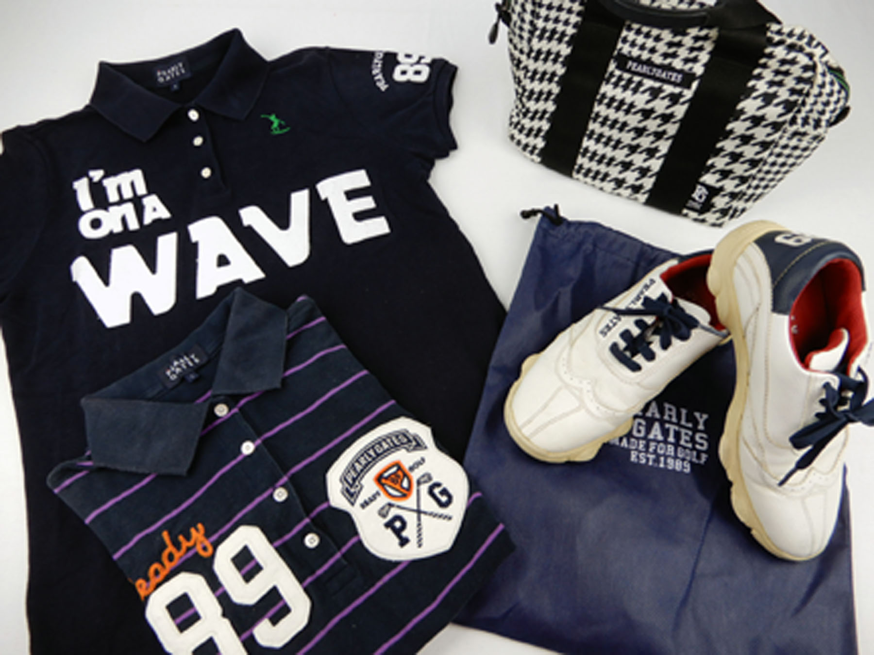 パーリーゲイツのゴルフシューズとポロシャツとカートバッグ、ナイキのワンピース型のゴルフウェア、キャロウェイのポロシャツ、アディダスのポロシャツです。