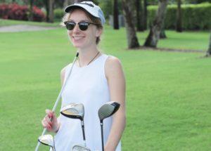 ゴルフをするオシャレな女性の画像