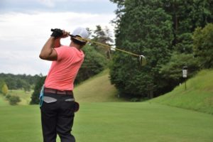 ゴルフをする女性の画像