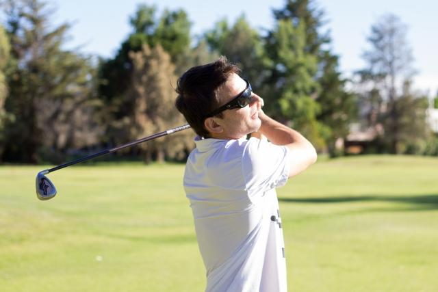 白のゴルフウェアを着た男性