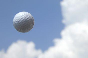 春の青空とゴルフボール